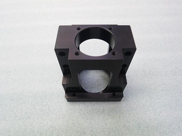 切削加工A5052バルブ用ボディ黒アルマイト